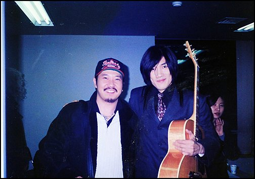 채제민(왼쪽)이 함께 공연한 김장훈과 포즈를 취하고 있다.