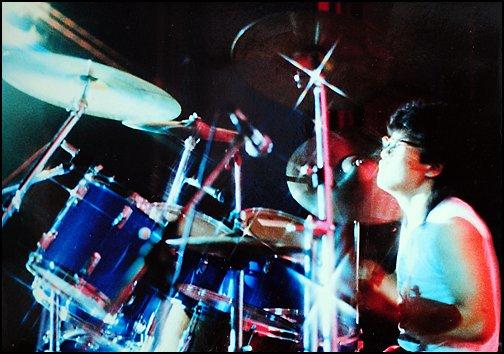 채제민에게 드럼 연주는 손과 발을 모두 움직이는 놀이이자 끝없는 공부다.