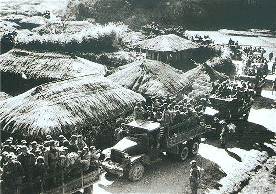 고 이경모 작가가 촬영한 전남 승주로 이동하고 있는 여순사건 진압군(1948.10).