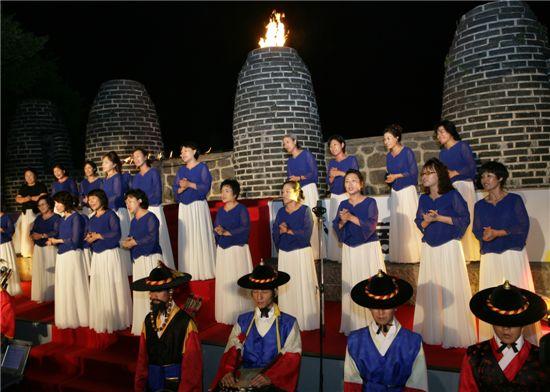 2010년 열린 남산봉화식에서 중구구립여성가요합창단이 합창을 하고 있다. (사진=아시아경제DB)