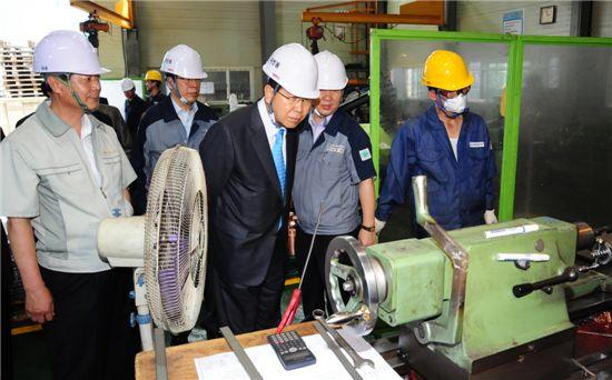 정준양 포스코 회장(왼쪽에서 두번째)이 지난달 19일 2차 거래기업인 선일기공 인천 본사 공장을 방문해 생산 현황을 살피고 있다.