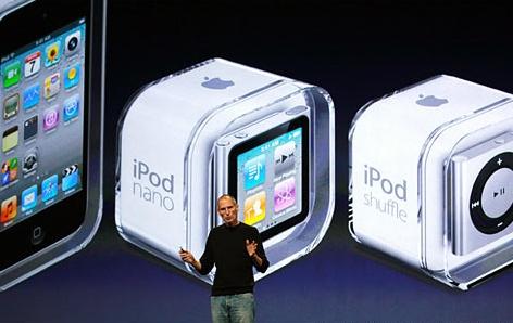 스티브 잡스 애플 CEO가 1일(현지시간) 미 캘리포니아주 샌프란시스코 브에나센터 예술극장에서 셋톱박스 형태의 '애플TV'를 비롯해 신형 아이팟 등 신제품을 발표하고 있다.
