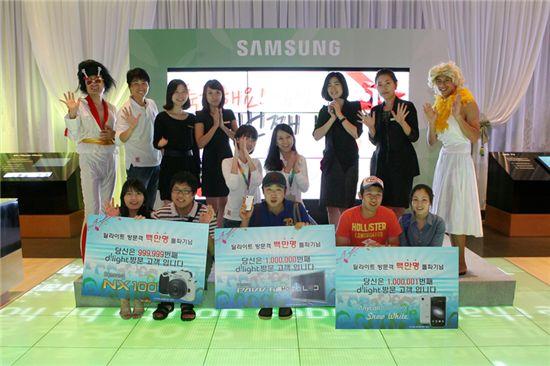 ▲ 지난 2008년 12월 3일 개관한 삼성 딜라이트가 9월 5일 100만번째 관람객이 방문했다. 100만번째 방문고객들과 친구들이 함께 기념사진을 촬영했다.