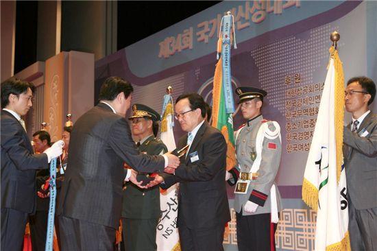 진익철 서초구청장(오른쪽 세번째)가 최경환 지식경제부장관으로 부터 국가생산성대상 국무총리상을 받고 있다.