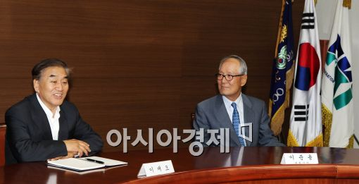[포토]전경련 회장단과 대화나누는 이재오 장관