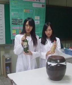 자신들이 개발한 막걸리를 특허출원한 충주예성여고 김보미(오른쪽)양과 박승아 양이 'KOREA 막걸리'를 들고 포즈를 잡았다.<충북도교육청 제공>
