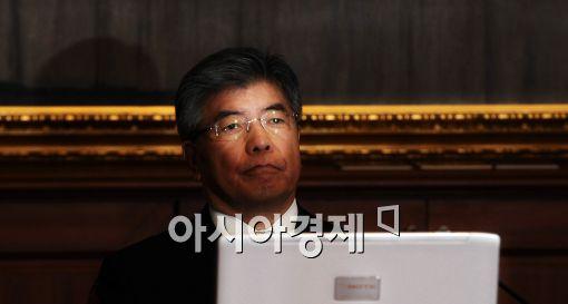 [포토]금통위, 생각에 잠긴 김중수 총재