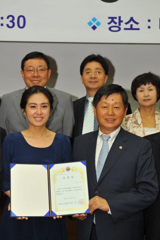 '위 사랑 캠페인' 홍보대사로 위촉된 박나림 아나운서(왼쪽)와 캠페인을 진행하고 있는 경만호 대한의사협회 회장이 기념촬영을 하고 있다.