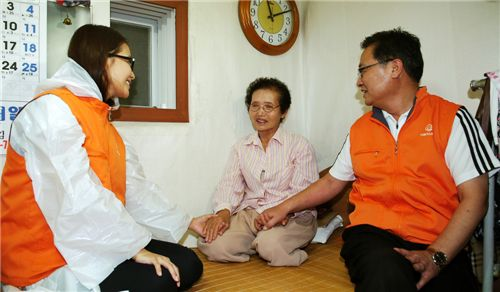 김창범 한화L&C 대표(오른쪽)와 탤런트 김희선(왼쪽)씨가 독거노인들에게 추석맞이 생필품을 전달하고 얘기를 나누고 있다.