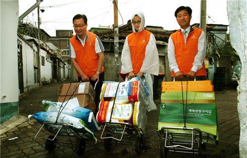 김창범 한화L&C 김창범 대표(왼쪽)와 탤런트 김희선(가운데)씨, 한화L&C 협력업체인 김창수 이레종합소재 대표(오른쪽)가 독거노인들을 위한 추석맞이 생필품을 전달하고 있다.