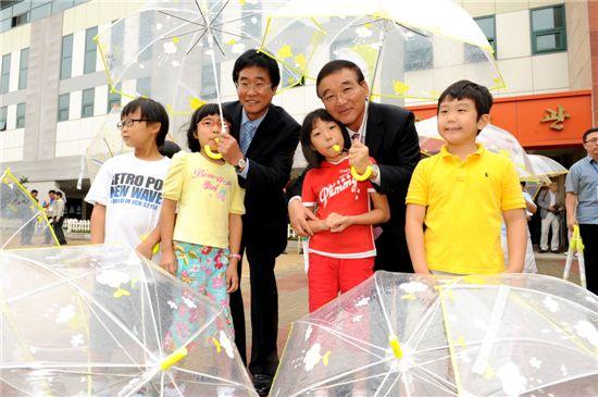 [포토]현대모비스 투명우산 나눔행사 개최