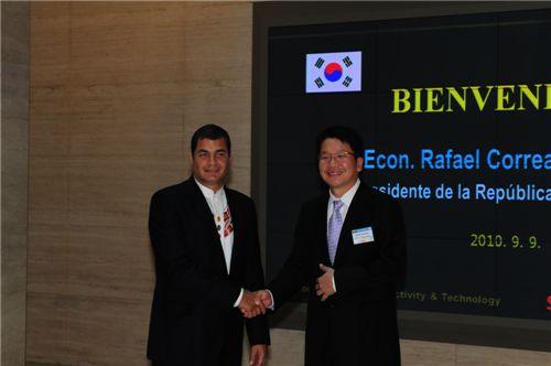 9일 오후 코레아(Rafael Correa) 에콰도르 대통령 일행이 울산에 있는 SK에너지 석유화학단지를 방문해 공장 안내를 받은 후 최창원 SK건설 부회장(오른쪽)과 악수를 하며 기념촬영을 하고 있다.