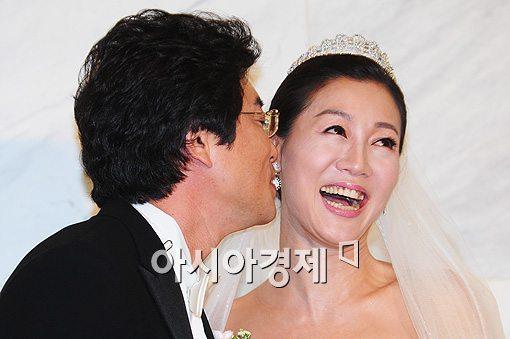 [포토]방은희, 신랑 키스에 '너무 행복해!'