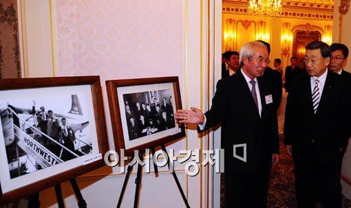[포토] 박용현, '나도 처음본 사진이 있네~'