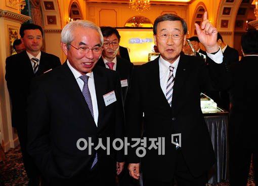 [포토] 아시아경제 출판기념회 찾은 박용현 회장
