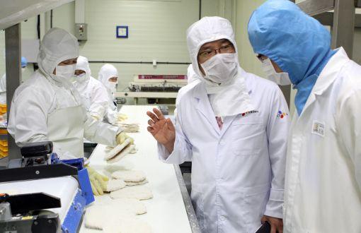 CJ프레시웨이 식품안전센터 고객만족팀장(오른쪽 두번째)이 천안에 있는 한 협력업체를 방문해 현장을 둘러보고 있다.