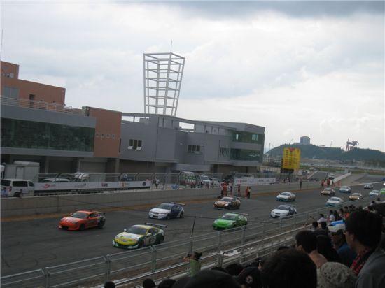 10월 22~24일 전남 영암에서 열리는 'F1 코리아 그랑프리' D-50일 기념하는 서킷런 행사가 지난 5일 영암 서킷에서 열렸다. 축하 행사에 앞서 국내 스포츠카 100여대가 서킷을 돌고 있다.