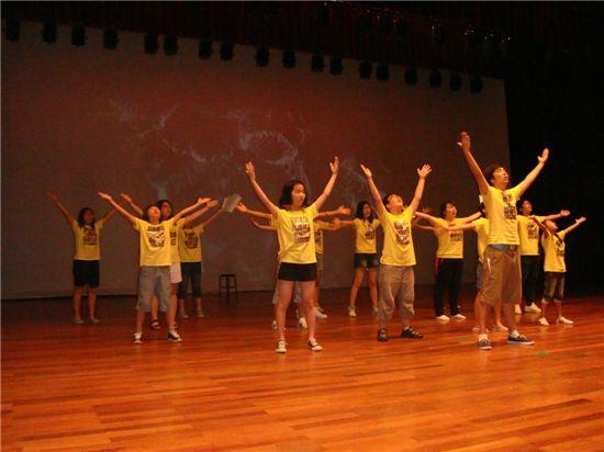 우주 뮤지컬 '나로'를 연습하는 청소년들의 모습