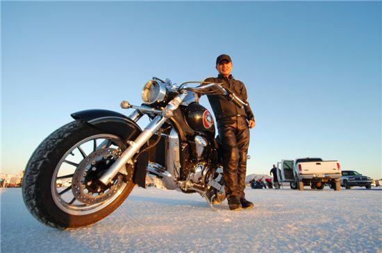 박천일 S&T모터스 이사가 보네빌 소금사막에서 열린 보네빌 스피드 트라이얼 경기장에서 경기 참가에 앞서 애마인 700cc급 정통 크루저 ST7과 함께 기념촬영하고 있다.