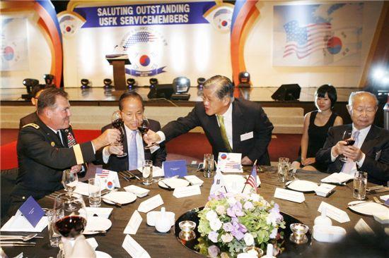 최신원 SKC 회장(왼쪽 세번째)이 17일 서울 워커힐 호텔에서 마련한 주한 미군 모범 장병 초청 만찬 행사에서 조지프 필 미8군사령관(왼쪽), 김태영 국방부 장관(왼쪽 두번째), 백선엽 전 육군참모총장(오른쪽)과 건배를 하고 있다.