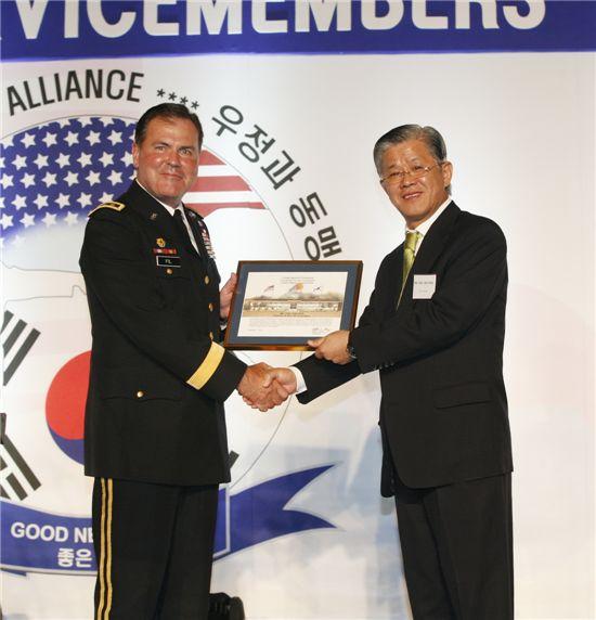 최신원 SKC 회장(오른쪽)이 17일 서울 워커힐 호텔에서 마련한 주한 미군 모범 장병 초청 만찬 행사에서 조지프 필 미8군사령관으로부터 감사패를 받고 있다.