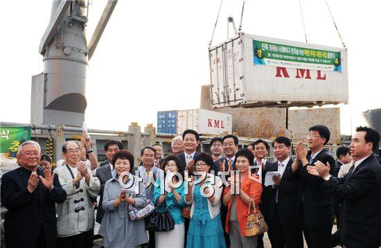 송영길 인천시장(사진가운데 둘째줄)이 지난 17일 인천항에서 열린 대북 지원 물품 선적식에 참여해 박수를 치고 있다. 사진제공=인천시