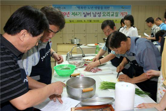 성북구 실버 남성 요리교실 수업 장면