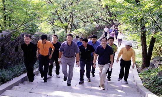 ◆회사와 가까운 이점을 활용, 남산을 산책하고 있는 허명수 GS건설 사장(왼쪽 네번째 )과 직원들.