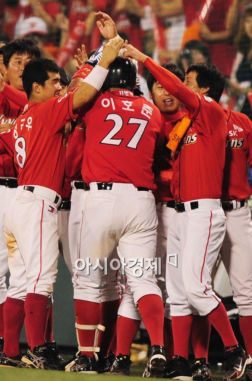 [포토]이호준, '홈런치고 구타당하고'