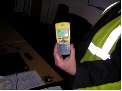 영국의 물류회사 TDG 현장내부에서는 일반 핸드폰 소지 금지로 한 근로자가 현장 전용 휴대전화를 사용하고 있다.