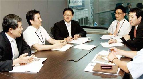 출처 = 한화사보 9월호에 실린 협력사와의 회의 모습.