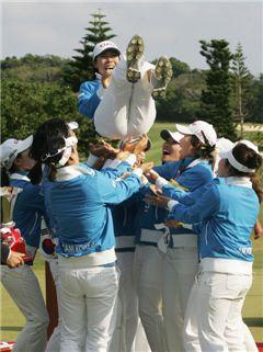 한국선수들이 지난해 한일전에서 우승 직후 주장 이지희를 헹가래치고 있는 장면. 사진=KLPGA제공