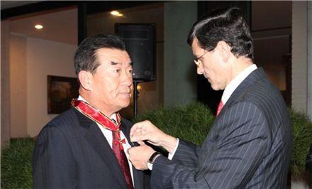 이가수 고려대 총장이 24일 서울 성북동 독일대사관저에서 독일 대십자공로훈장을 받고 있다.