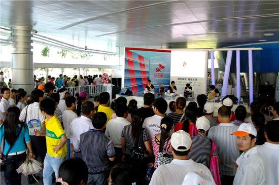 지난 13일부터 중국 상하이 엑스포의 한국기업연합관에서 진행된 'SK 기업주간' 행사장을 찾은 관람객들이 한국 전통 사물놀이 공연을 관람하는 모습.
