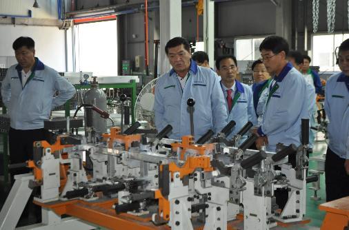이영기 CT&T 대표(좌에서 두 번째)가 충남 당진 CT&T 제2공장의 '알루미늄 프레임' 생산라인을 둘러보고 있다.