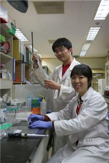 지난 24일 오후 찾은 포스텍 생명과학관 2층 분자신경생리학 연구실에서는 김도연(29ㆍ 석박사 통합 6년차) 연구원과 나경윤(27ㆍ 석사 2년차) 연구원이 세포 내 단백질 위치 규명을 위해 한창 실험에 몰두하고 있었다. 이들은 추석 연휴 내내 학교에 나와 연구에 몰두했다고 말했다.