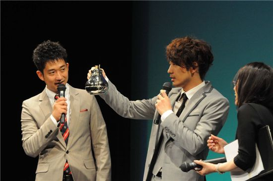 Korean actor Park Jae-jung shows off his coffee making skills at his fan meeting in Japan. [Eyagi Entertainment]