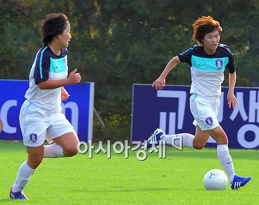 [AG]야구 대표팀, 女축구 대표팀 상대로 '발재간' 뽐내