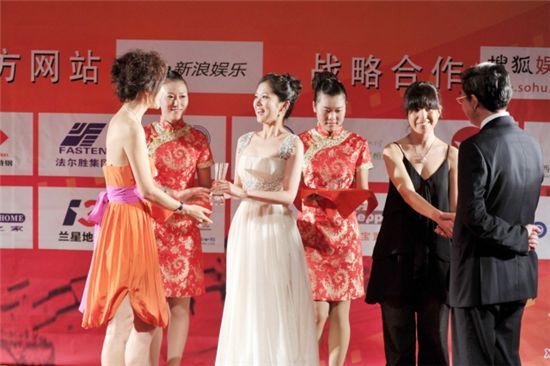 Korean actress and singer Jang Nara receiving award at China Golden Rooster & Hundred Flowers Film Festival in China. [Official Jang Nara website]
