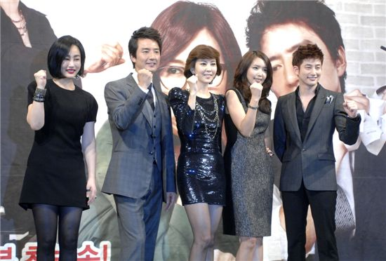 "From left, MBC TV series ""Queen of Reversal"" cast Ha Yumi, Jung Jun-ho, Kim Nam-joo, Chae Jung-an and Park Si-hoo. [MBC]"