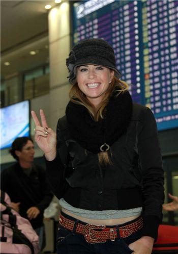 폴라 크리머가 25일 인천 공항을 통해 입국한 뒤 손을 흔들고 있다. 사진=하나은행챔피언십 제공