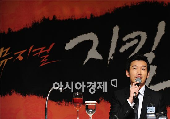 """Actor Cho Seung-woo speaks during a press conference for musical """"Jekyll & Hyde"""" held at the Lotte Hotel in Jamsil of Seoul, South Korea on October 25, 2010. [Park Sung-ki/Asia Economic Daily]"""