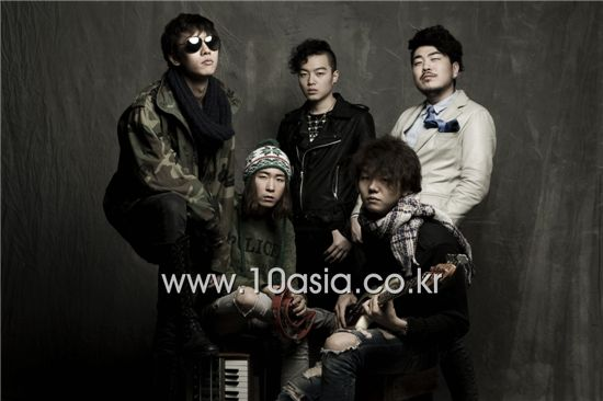 Clockwise from left, Koxx members Shaun, Lee Soo-ryun, Lee Hyun-song, Park Sung-bin and Shin Saron. [Lee Jin-hyuk/10Asia]