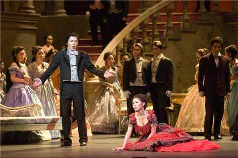 서울대 음악대학 학생들이 정기 오페라 공연에서 열정적으로 연기하고 있다.