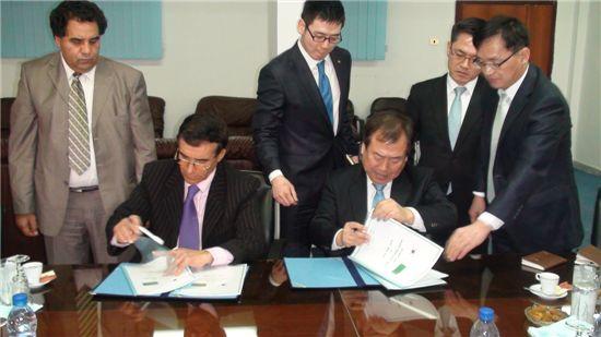 ▲ 남영선(오른쪽 세번째) 한화 대표이사가 지난 3월 리비아 국방부 방산기술연구소를 방문해 상호 협력분야 안건을 담은 회의록에 서명하고 있다.