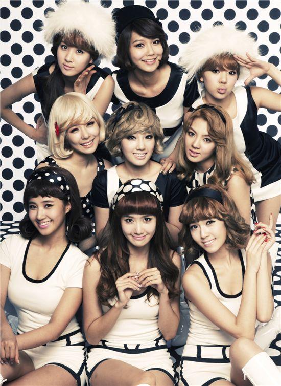 "Album jacket of Girls' Generation mini-album ""Hoot"" [SM Entertainment]"