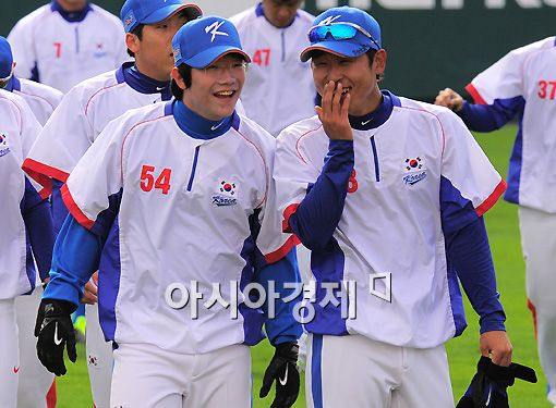 [포토]윤석민 '(양)현종아 훈련 재밌어?'