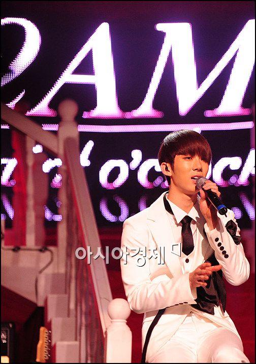 [포토]2AM 조권 '이번 노래, 많이 사랑해주세요'