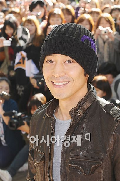 Eric smiles after being discharged from the military in Seoul, South Korea on October 30, 2010. [Lee Ki-bum/Asia Economic Daily]