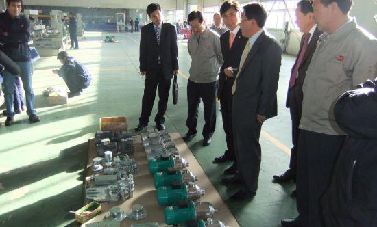 동일정공의 제품을 둘러보고 있는 안희정 충남도지사. 동일정공은 반도체 유리등을 만드는 제품을 생산한다.